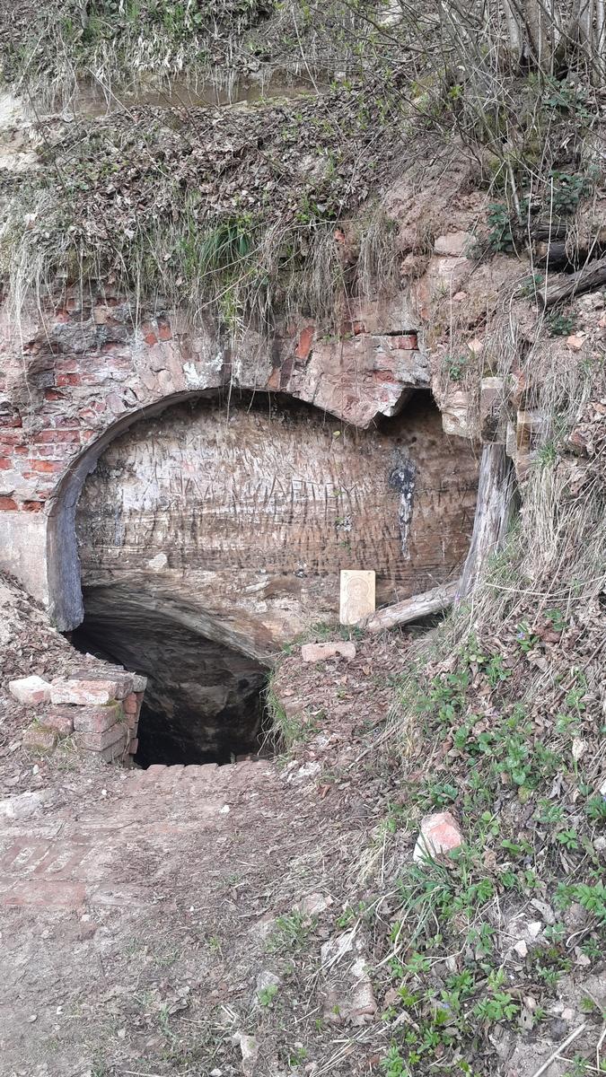 У входа в Доложскую пещеру.