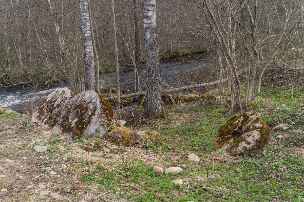 У Доложской пещеры. Жернова на берегу речки Долгой.