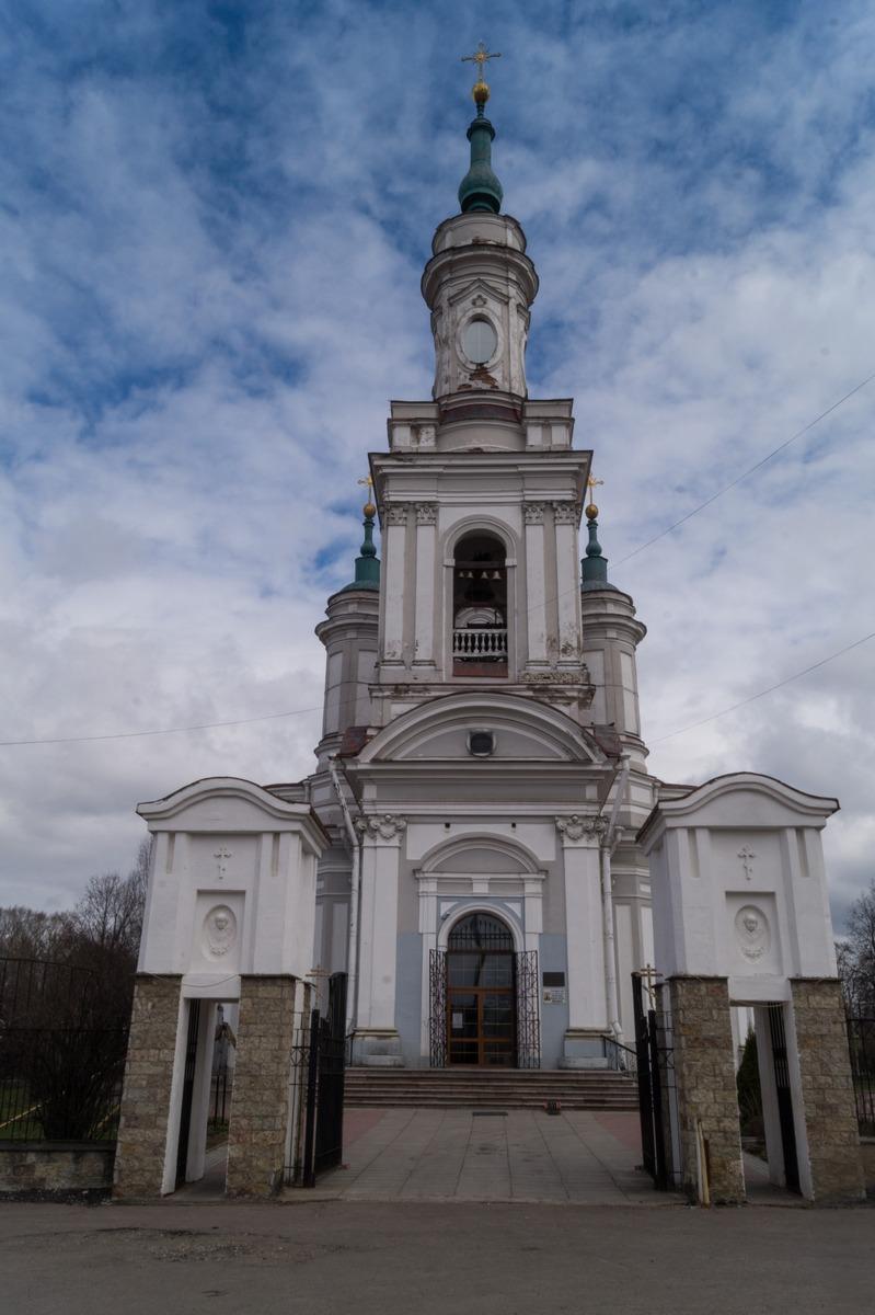 Кингисепп. У Екатерининского собора.