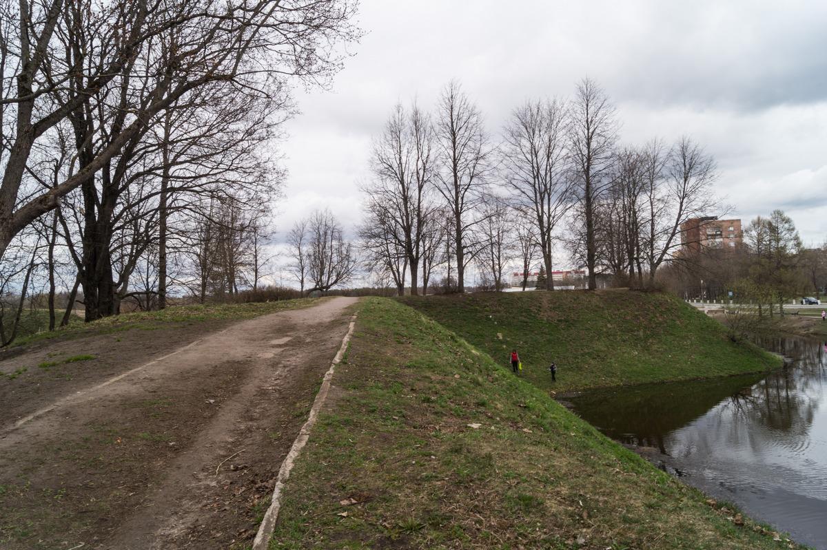 Кингисепп. На пруду у бывшей Ямбургской крепости. Средневековые валы.