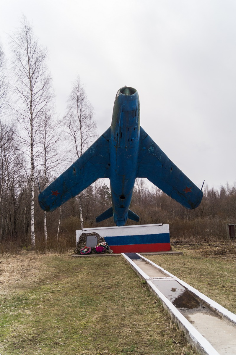 Псковская область. Гдовский район. Памятник-самолет Миг-17.