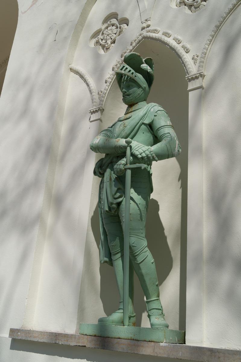 Пушкин. Александровский парк. Белая башня. Фигура рыцаря в доспехах.