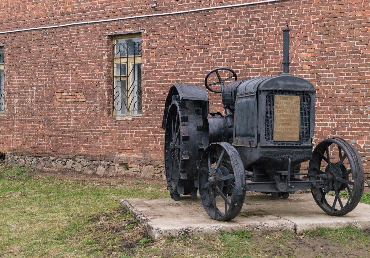 Псковская область. Гдов. Трактор-ветеран выпуска 1932 года.