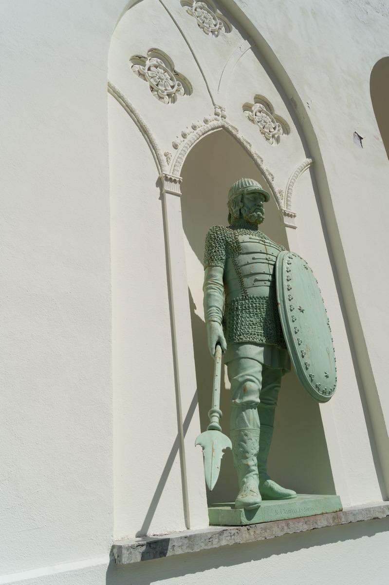 Пушкин. Александровский парк. У Белой башни. Фигура воина с мечом.