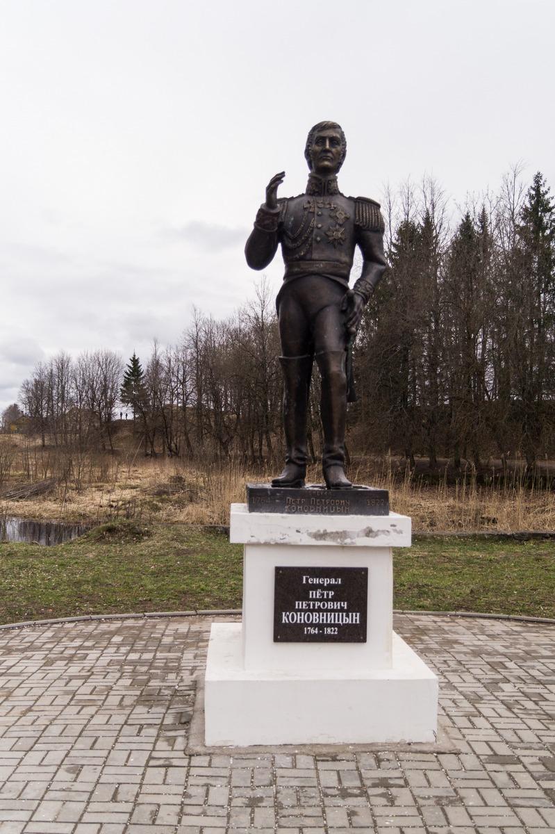 Гдов. Памятник Коновницыну на берегу Гдовки.