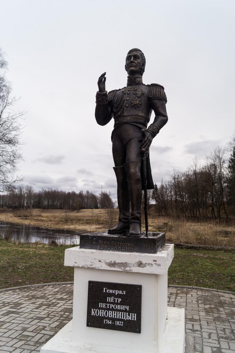 Гдов. Памятник генералу Петру Петровичу Коновницыну на берегу Гдовки.