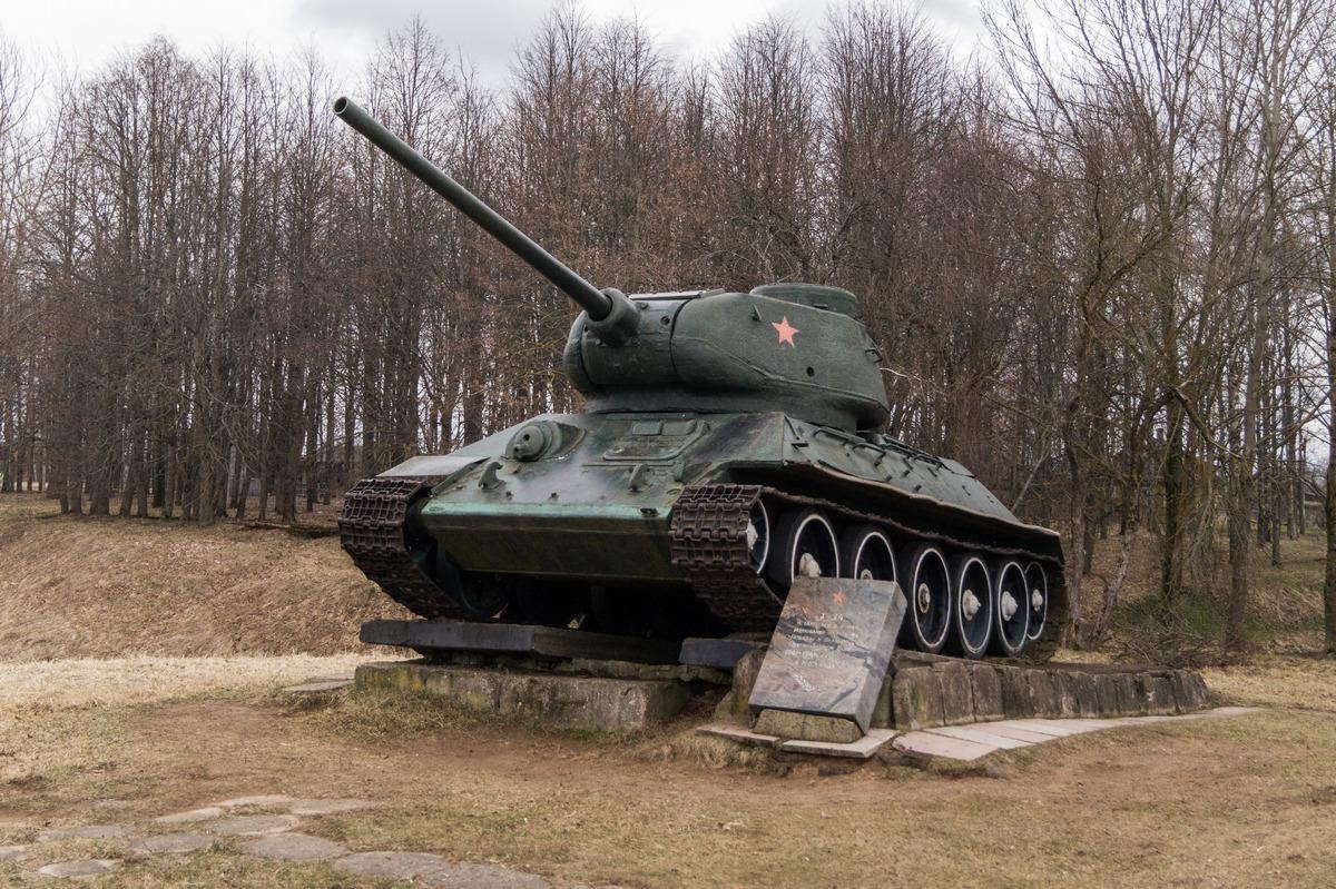 Гдов. Танк Т-34 . Установлен в 1985 году в ознаменование 40-летия Победы.