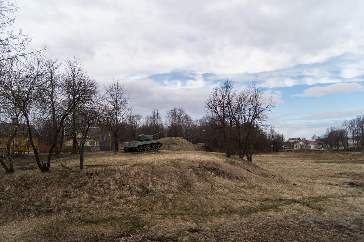 Гдов. В парке Победы. Вид на танк Т-34 и земляные валы крепости.
