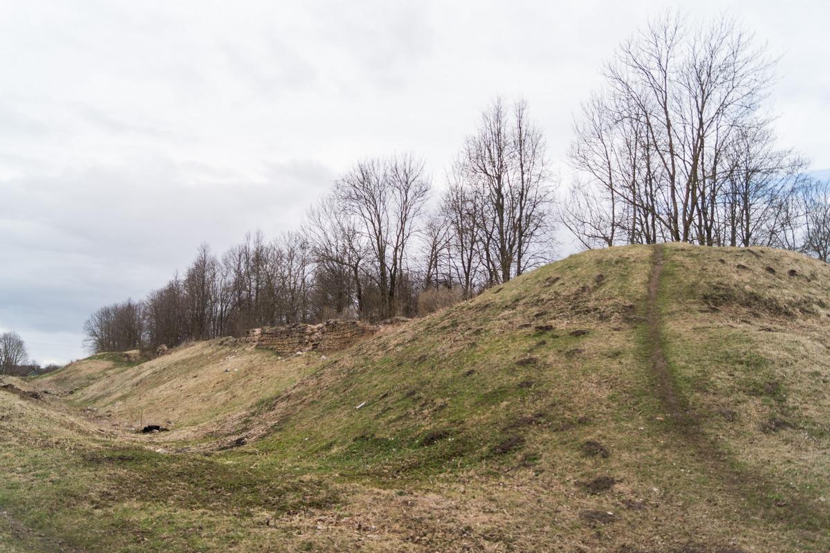 Гдов. Земляные валы и остатки каменных стен Гдовской крепости.
