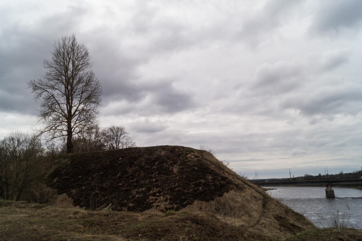 Кингисепп. Валы крепости Ям на высоком берегу Луги.