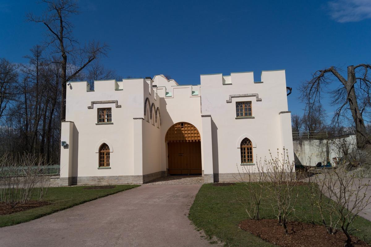 Пушкин. Александровский парк. У Белой башни. Ворота-руина.