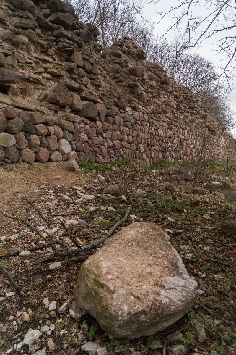 Гдов. У каменных стен Гдовской крепости. Вид снаружи.