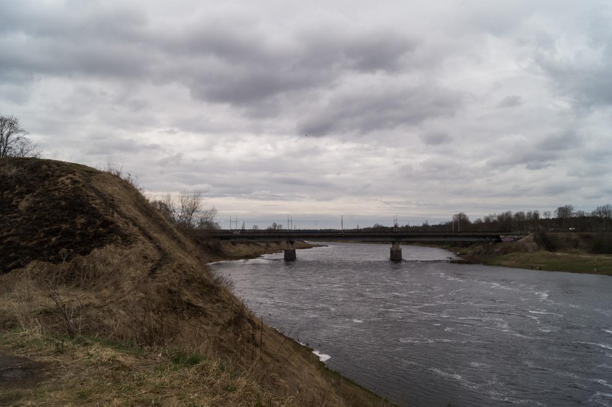 Кингисепп. На высоком берегу Луги. У старых крепостных вылов на берегу Луги.