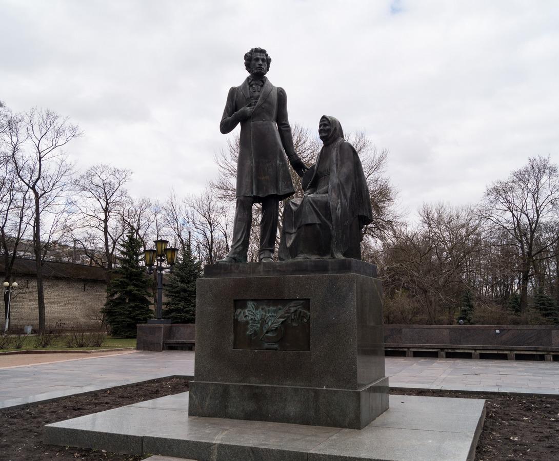 Псков. В парк культуры и отдыха. Памятник Пушкину и его няне.