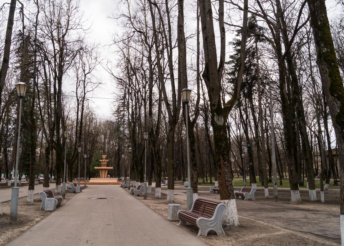 Псков. В парк культуры и отдыха. Аллея и старый фонтан. Пока еще все спят в конце апреля.