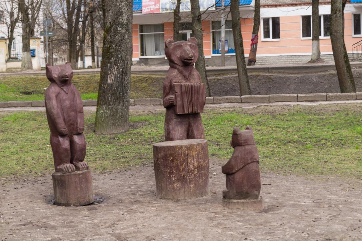 Псков. В парке культуры и отдыха. Музыкальный ансамбль медведей.