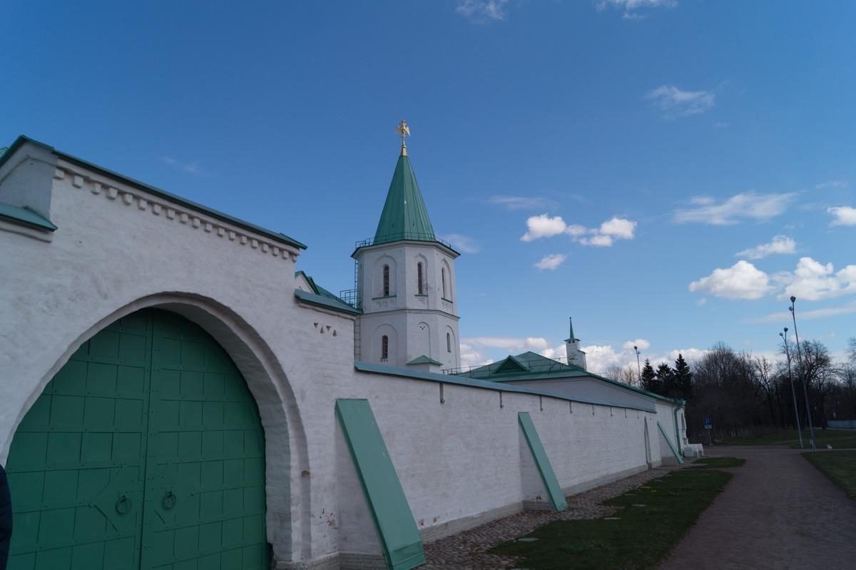"""Пушкин. У стен музея """"Ратная палата""""."""