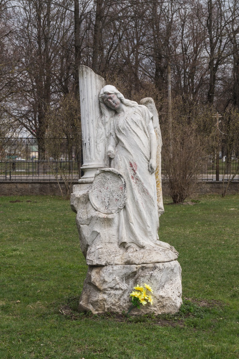 Кингисепп. У Екатерининского собора. Скульптура ангела.