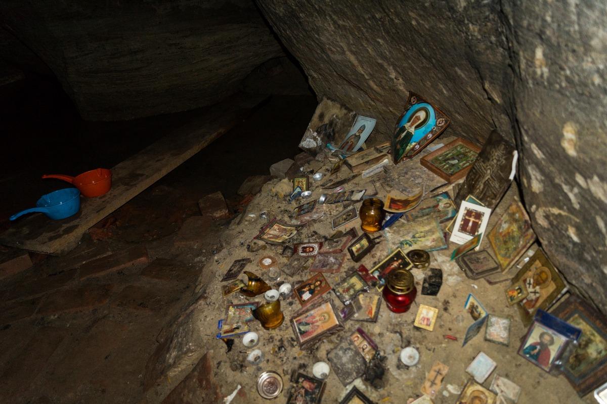 В Доложской пещере. Озеро, иконки и ковшики для святой воды.