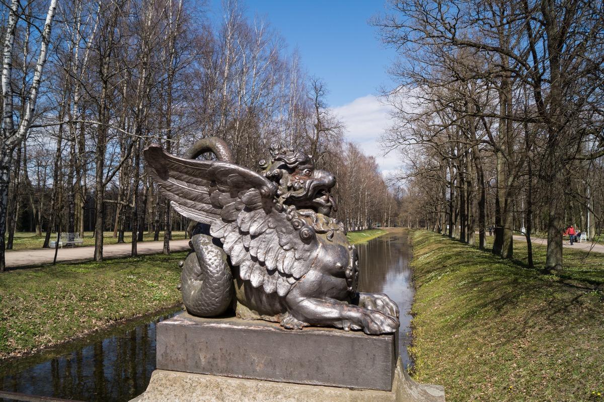 Пушкин. Александровский парк. Крылатый дракон на мосту через Крестовый канал.