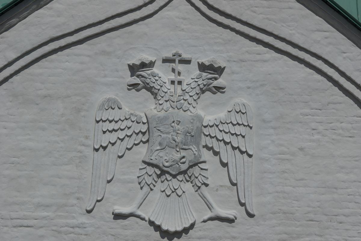 """Пушкин. У стен музея """"Ратная палата"""". Герб Романовых."""