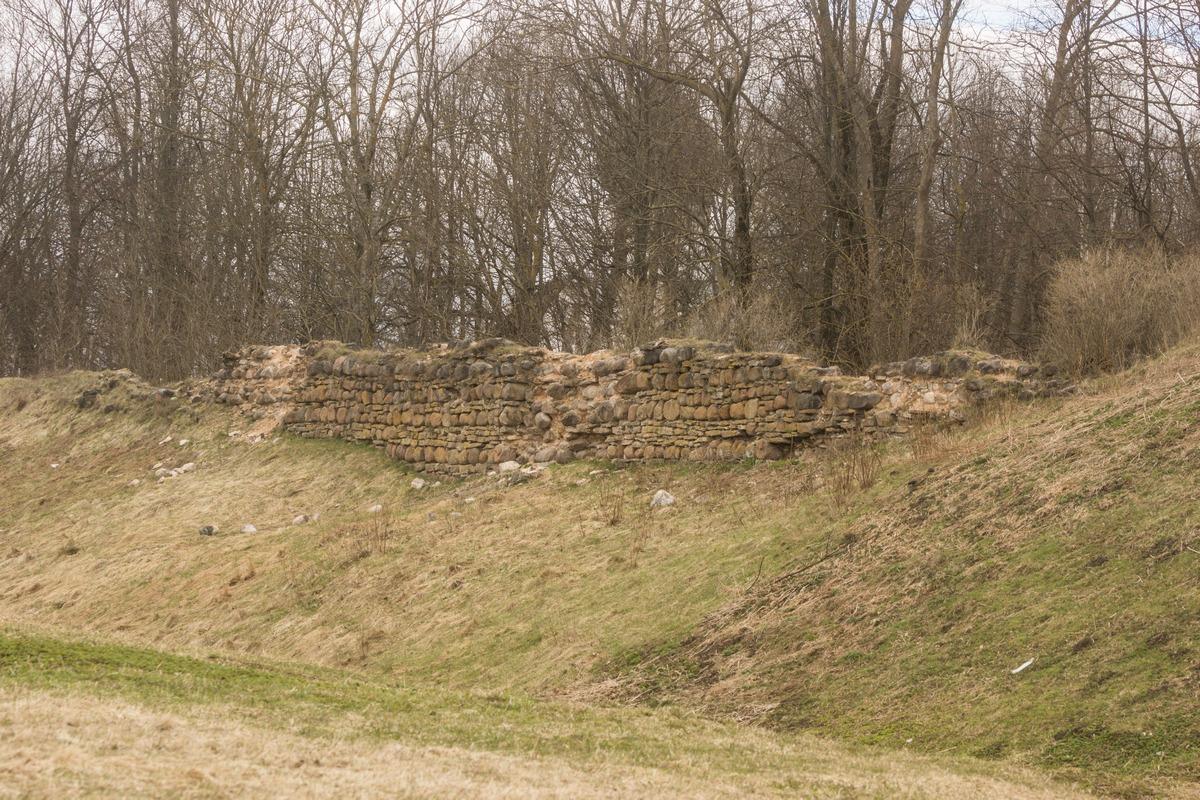 Гдов. Остатки каменных стен Гдовской крепости.