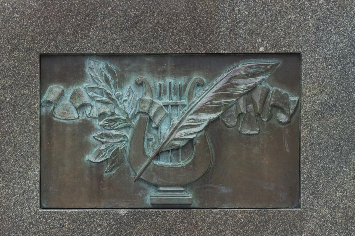 Псков. В парк культуры и отдыха. Памятник Пушкину и его няне. Лира и перо.