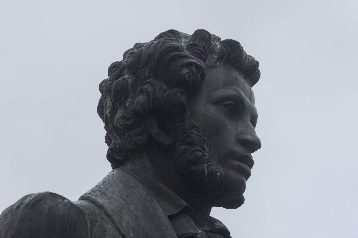 Псков. В парк культуры и отдыха. Памятник Пушкину и его няне. Пушкин.