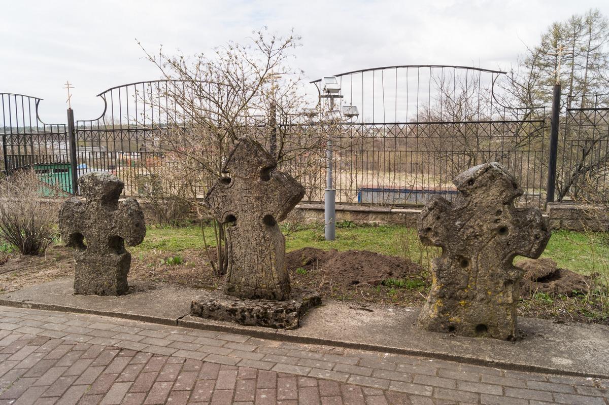 Кингисепп. У Екатерининского собора. Средневековые каменные кресты.