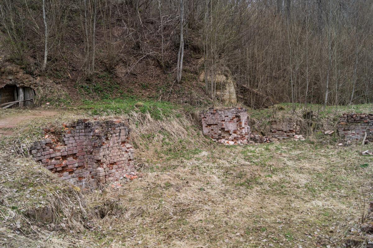 У Доложской пещеры. Остатки фундамента Успенской церкви.