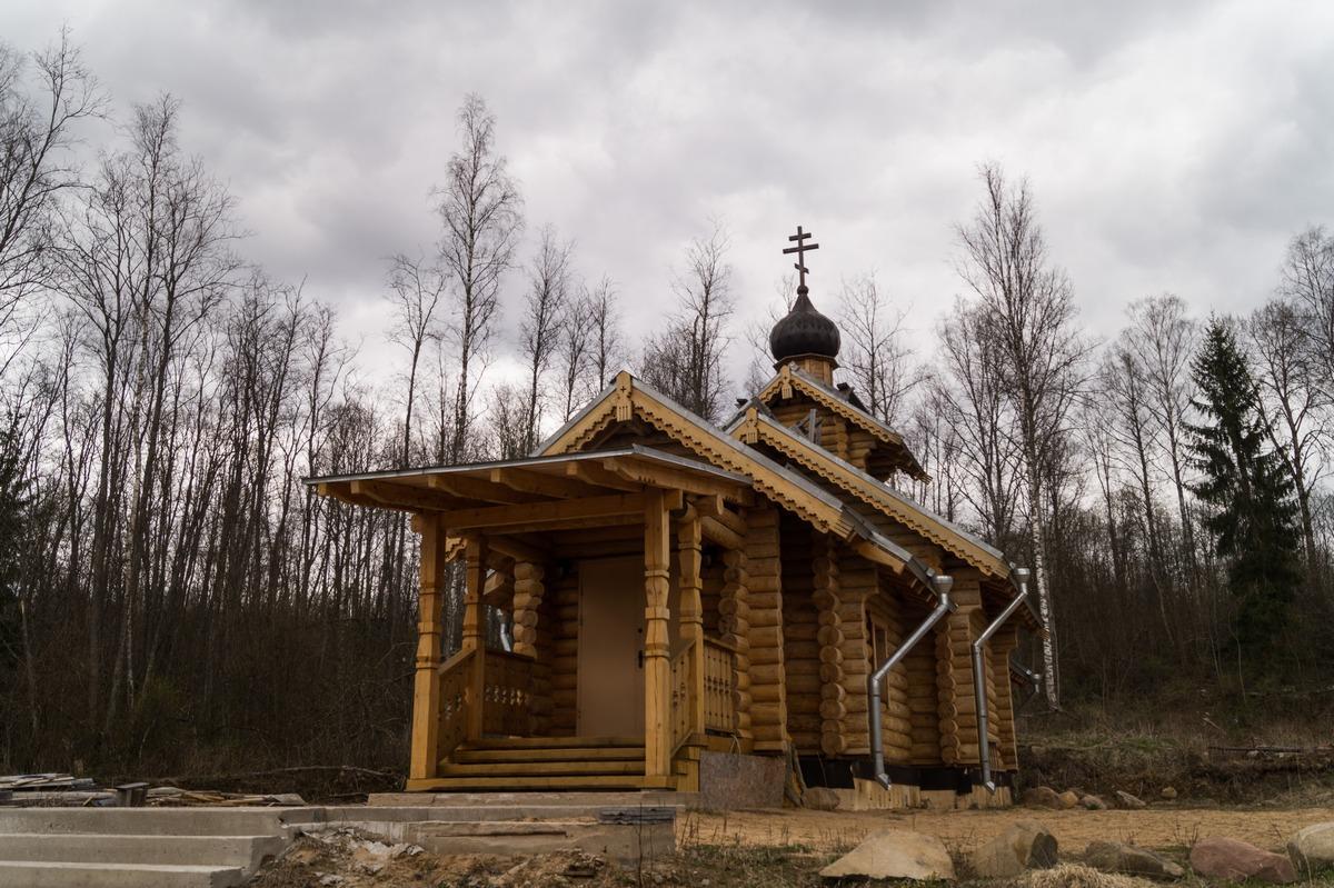 Ленинградская область. У Доложской пещеры. Новая деревянная церковь.
