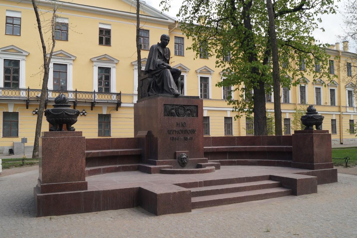 Памятник Лермонтову в сквере на Лермонтовском проспекте.