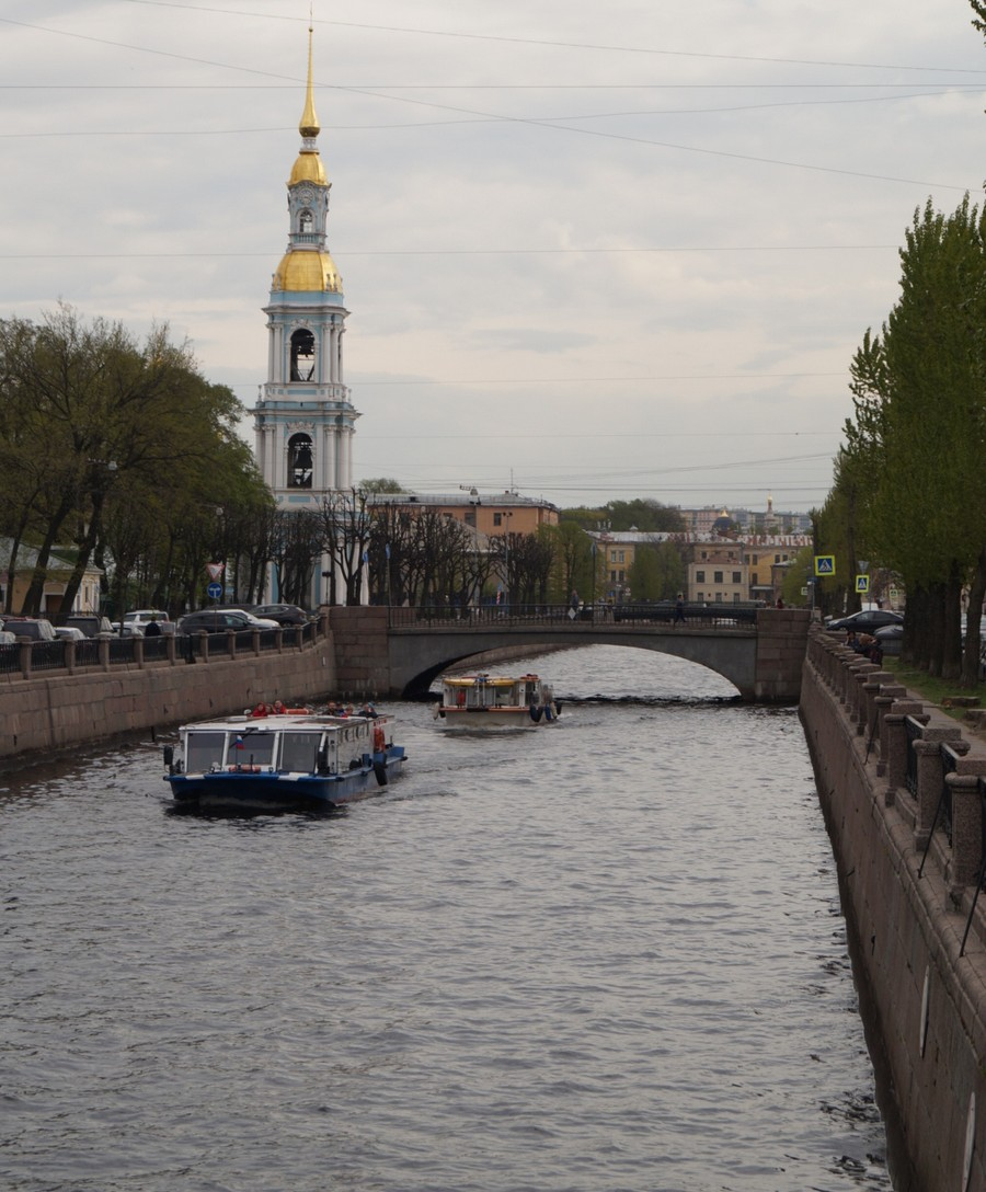 Крюков канал, колокольня Никольского собора и экскурсионные теплоходы.Ч