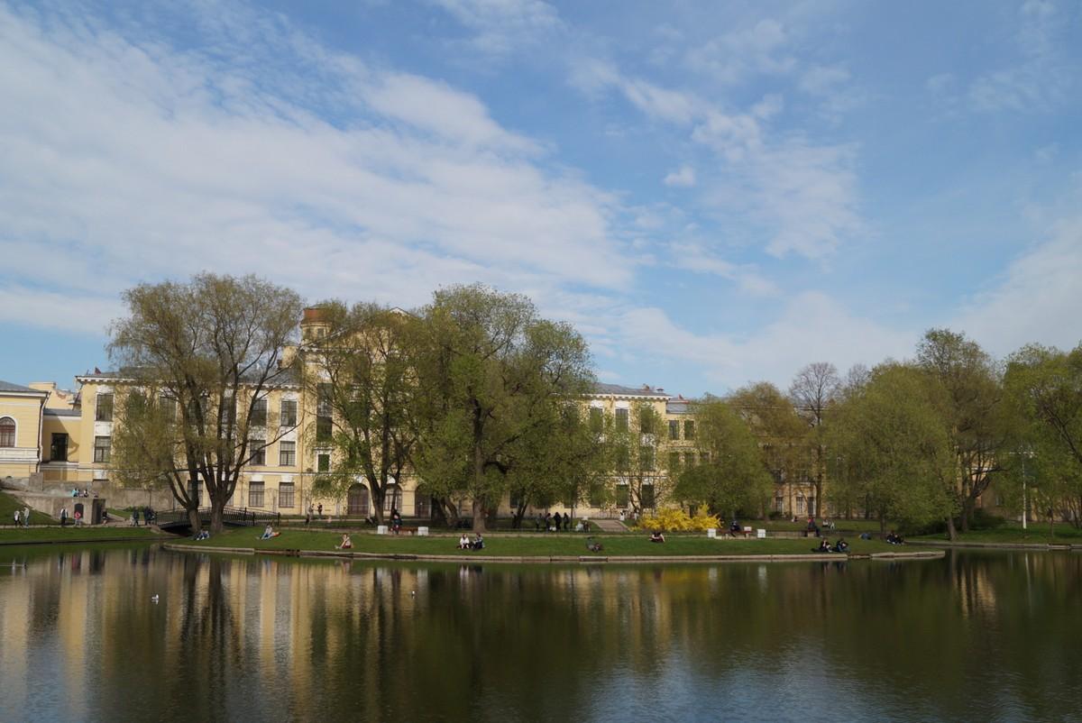 Юсуповский сад. Конец мая. У пруда.