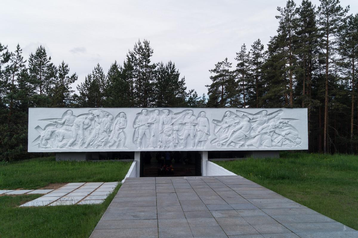 """У монумента """"Партизанская слава"""" перед Лугой. Фасад мемориального зала."""