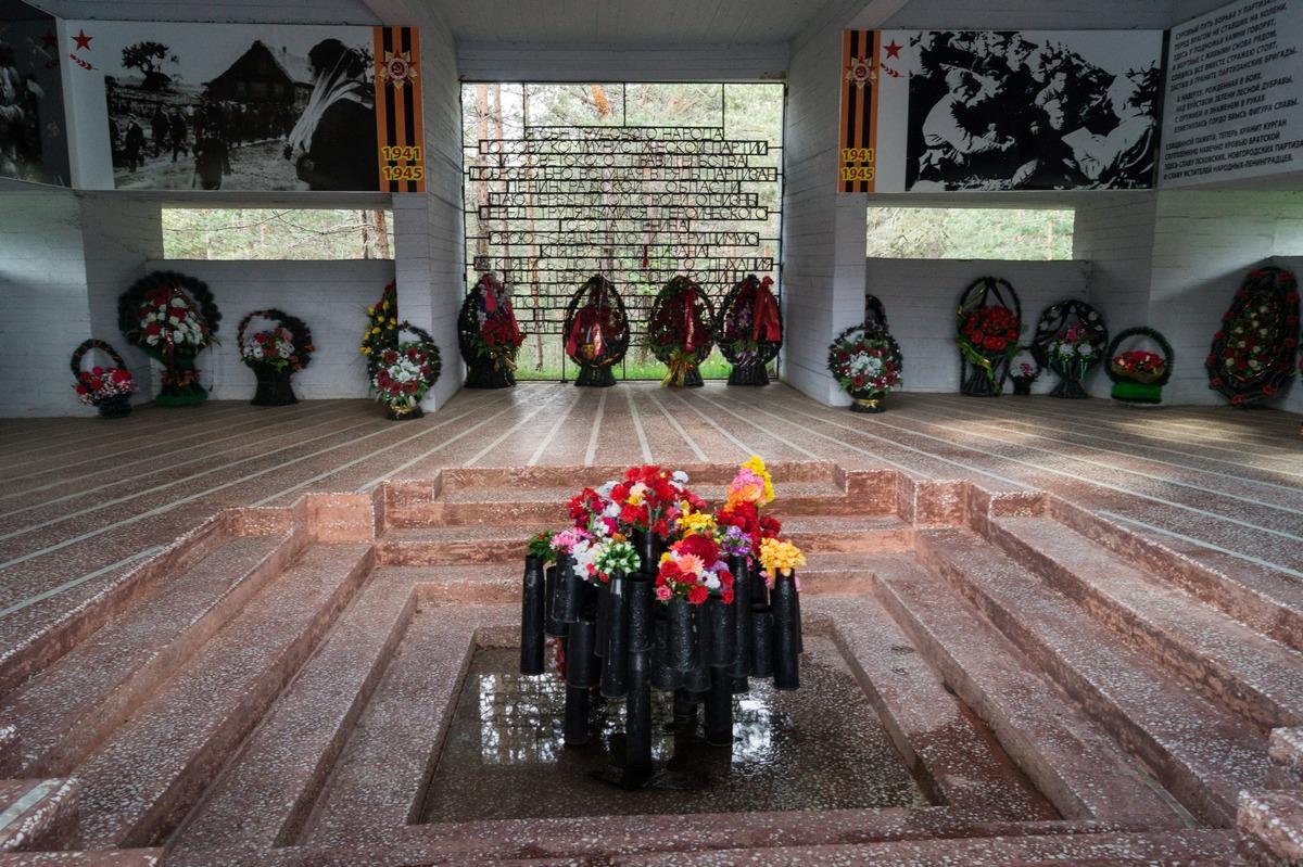"""У монумента """"Партизанская слава"""" перед Лугой. Мемориальный зал. """"Я, сын трудового народа..."""""""