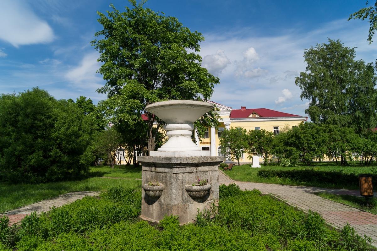 Курорт Старая Русса. У грязелечебницы. Копия чаши Муравьевского фонтана.