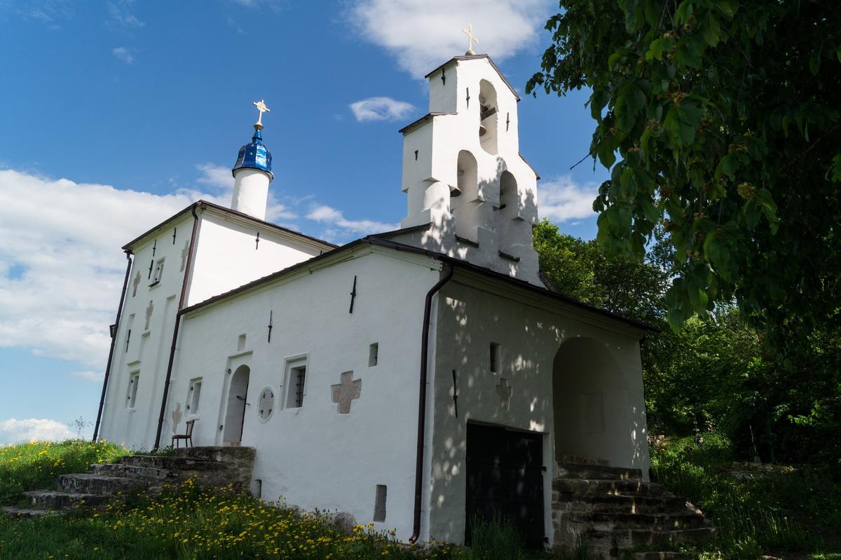 У Изборска. Никольская церковь на Труворовом городище.