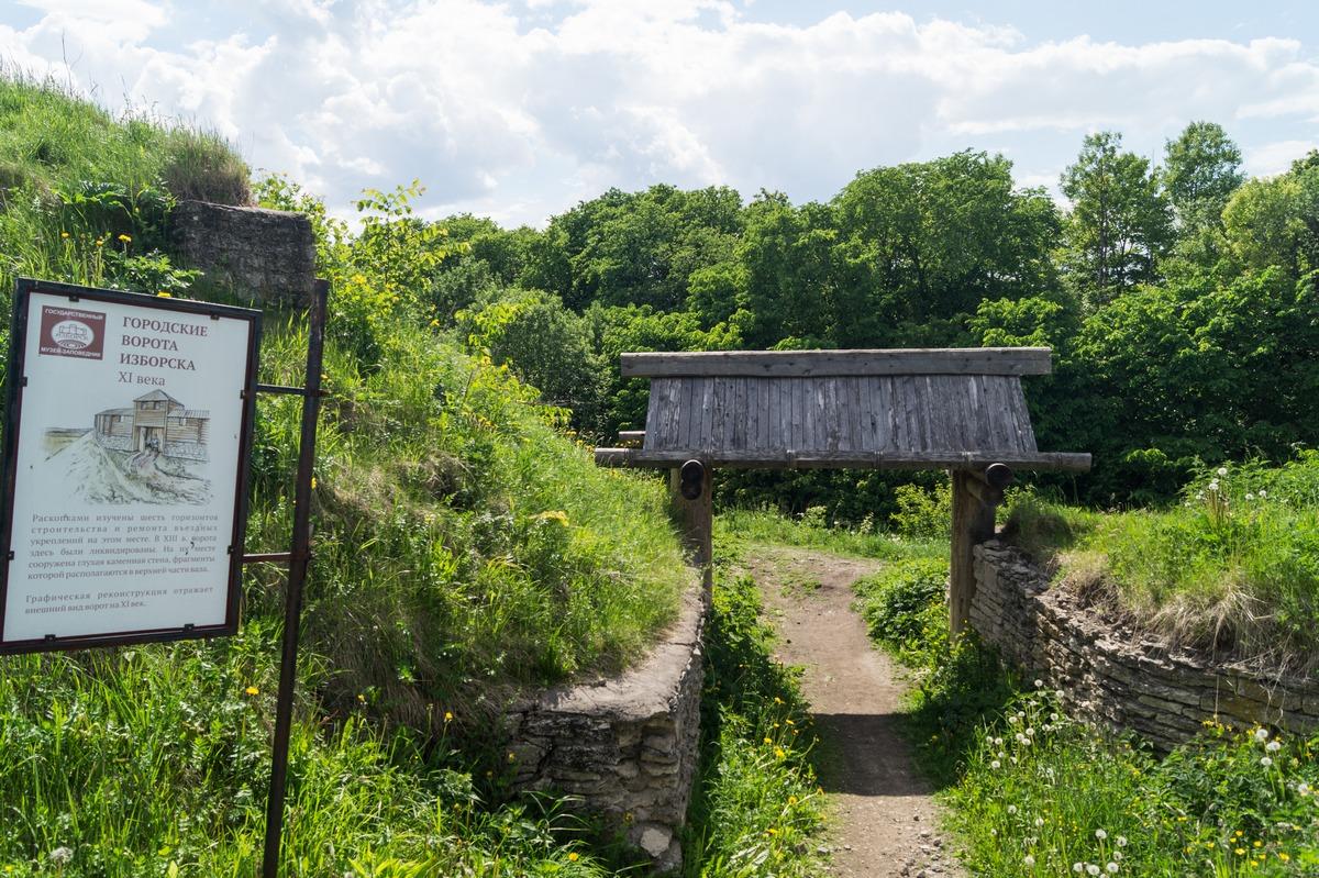 Городские ворота Изборска XI века.
