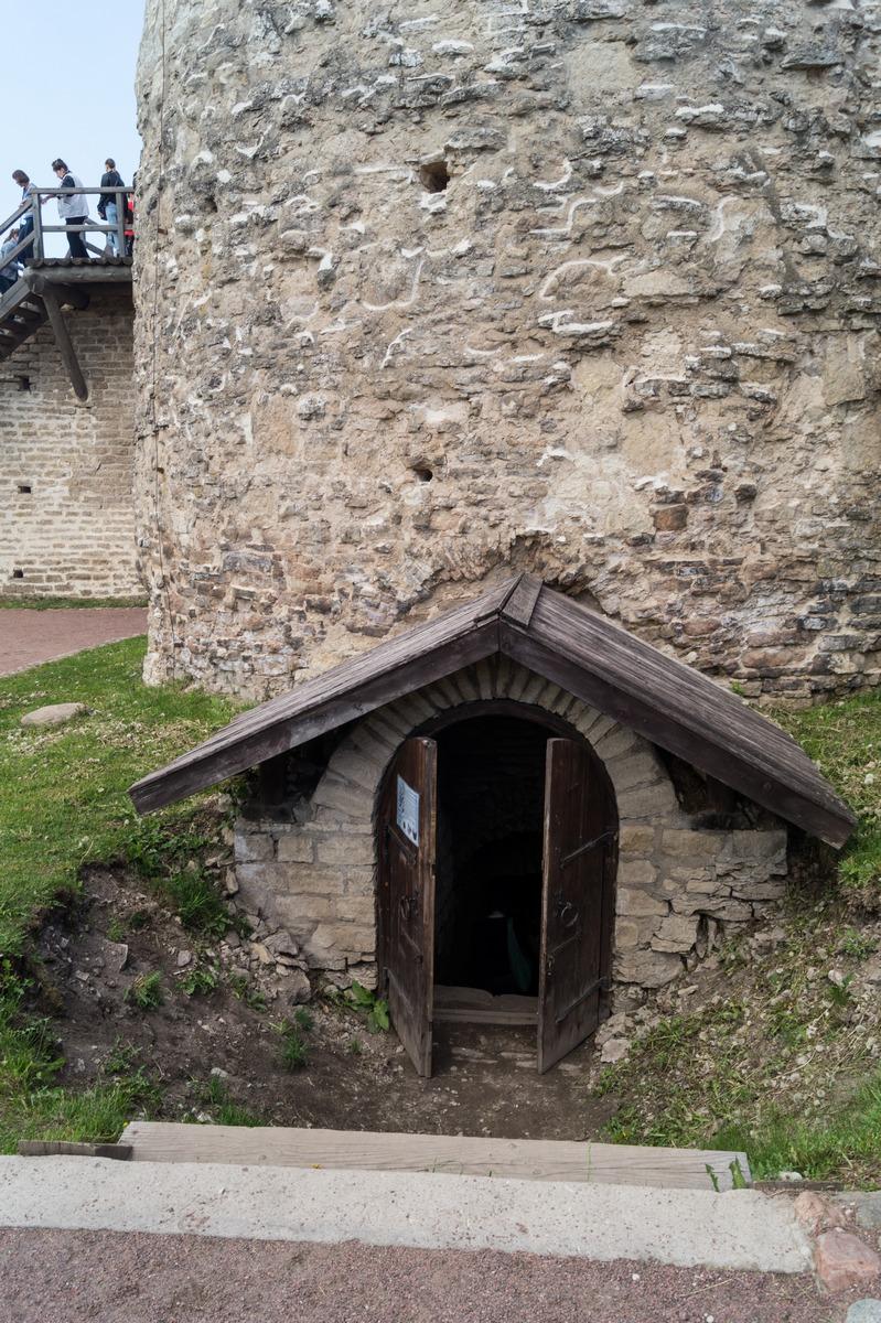 Изборская крепость. Башня Луковка. Вход в арсенал.