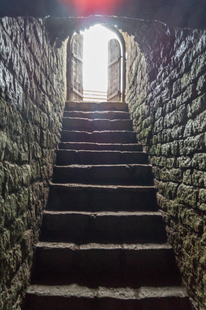 Изборская крепость. В арсенале. Лестница наверх.