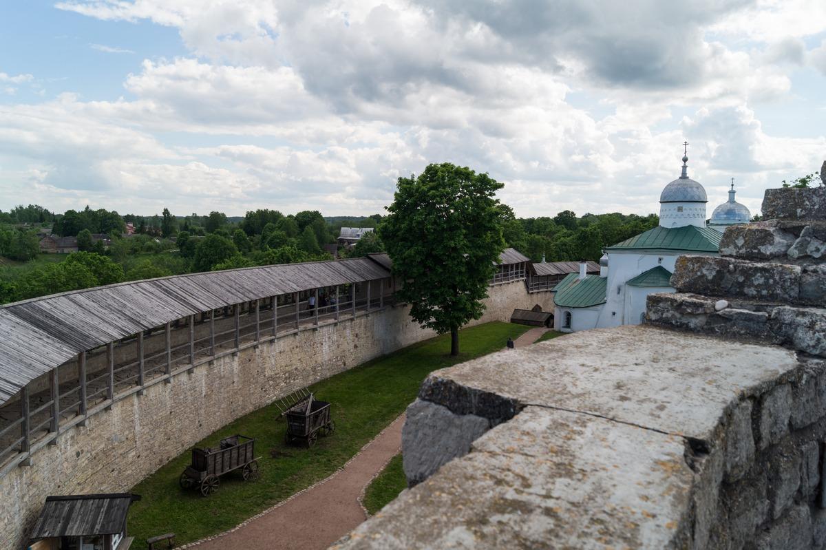 Изборская крепость. Вид на крепостной двор с башни Луковка.