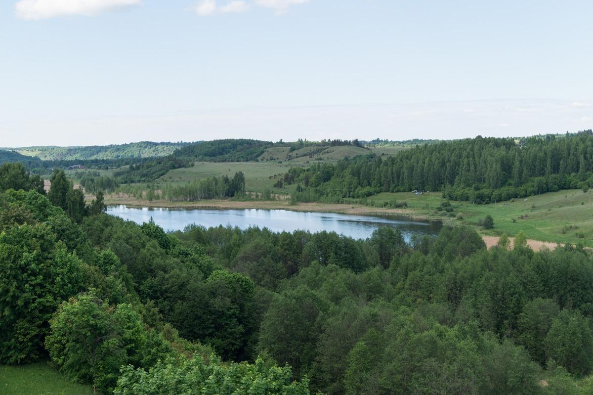 Изборская крепость. Вид на Городищенское озеро с башни Луковка.