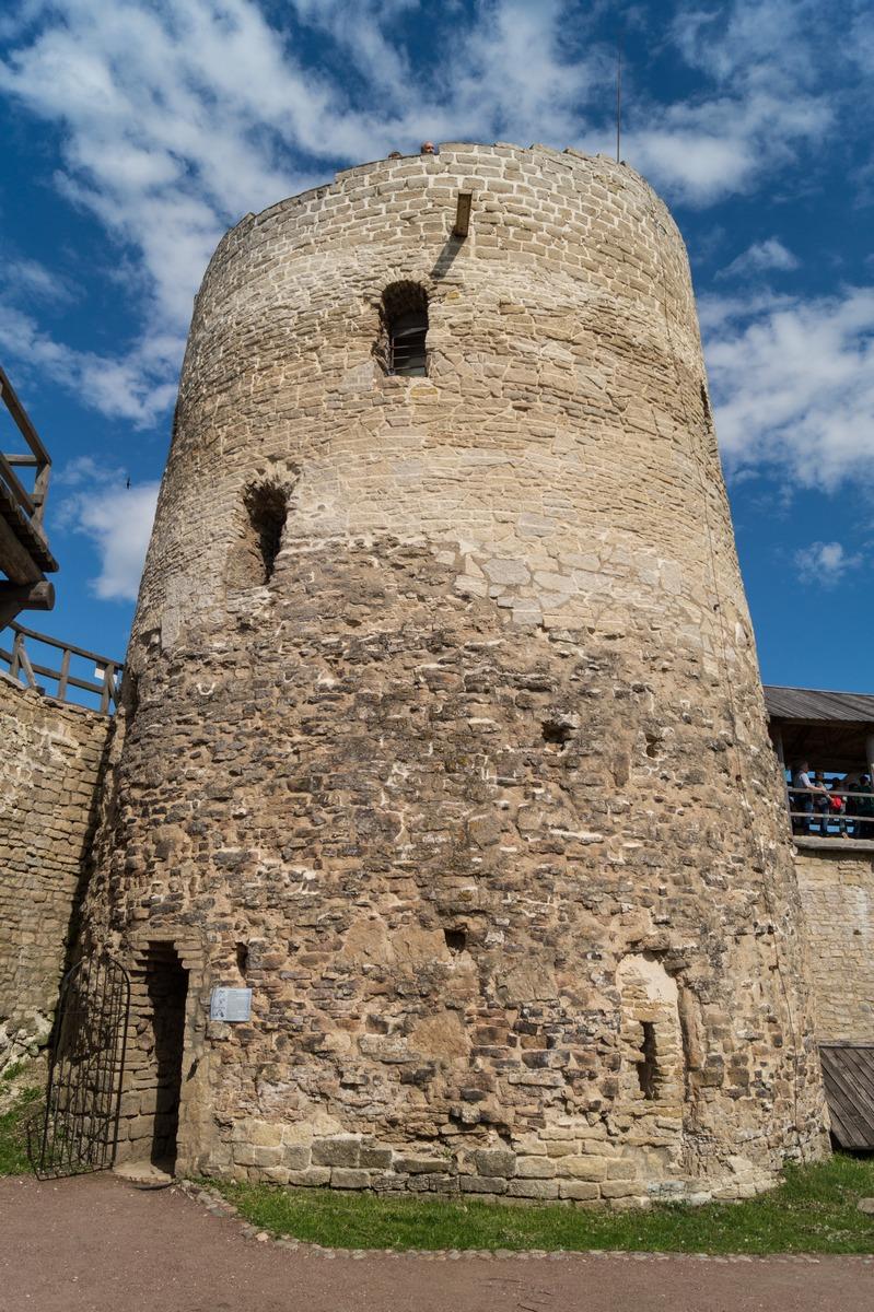 В Изборской крепости. Башня Луковка.