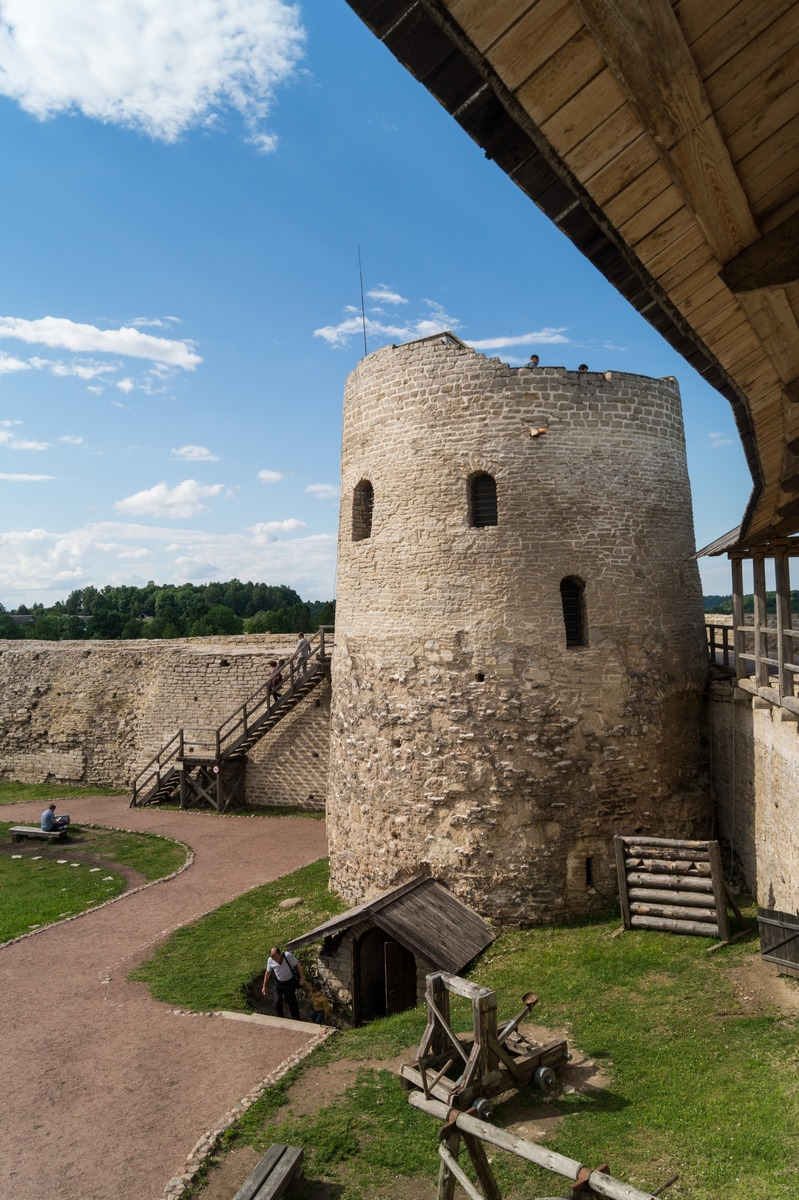 Изборская крепость. Вид на башню Луковка с боевого хода.