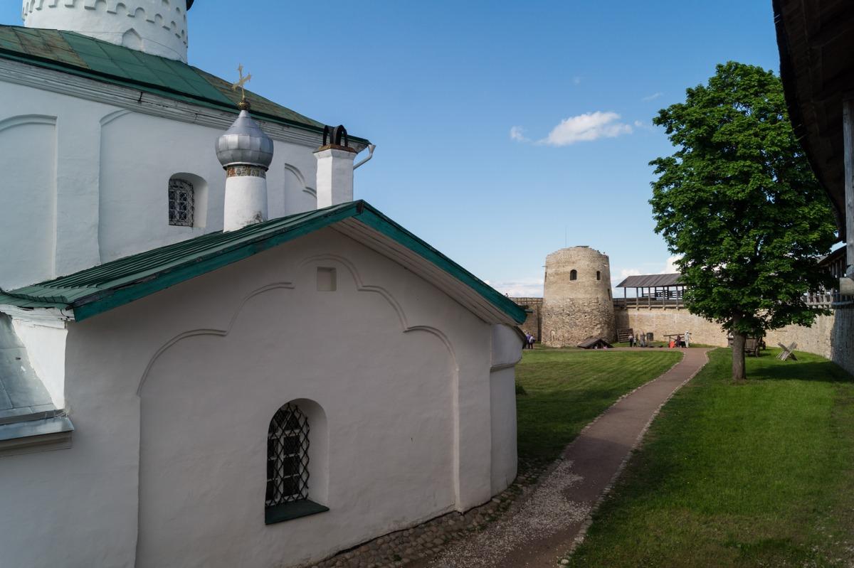Изборская крепость. Вид на башню Луковка и Никольский храм.