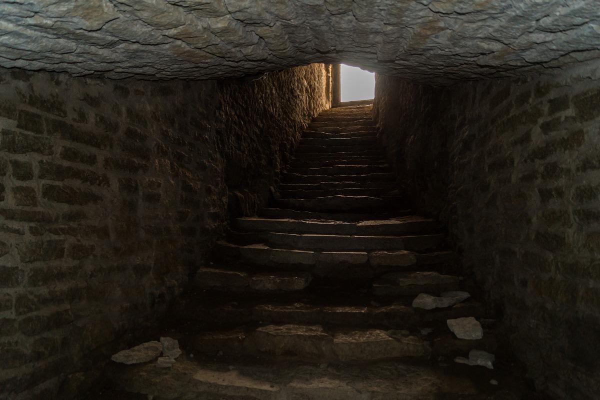 Изборская крепость. Тайный ход к воде. Лестница.