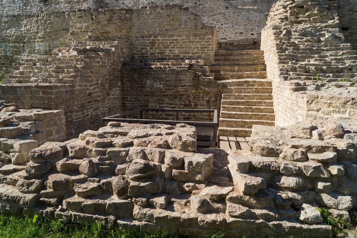 Изборская крепость. Остатки Плоской башни.