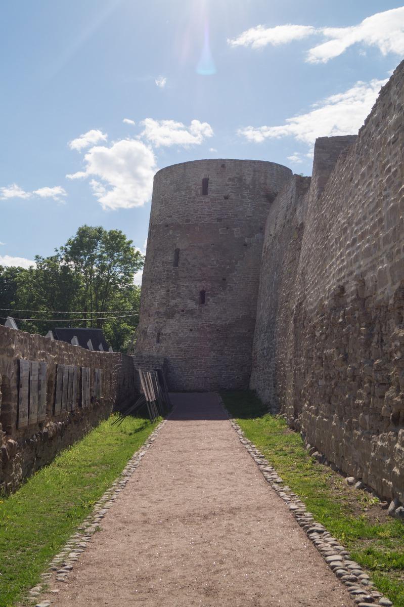 В Изборской крепости. Башня Темнушка и Никольский захаб.