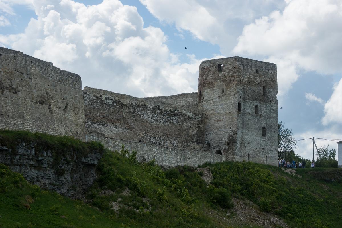 Изборская крепость. Прямоугольная Талавская башня.